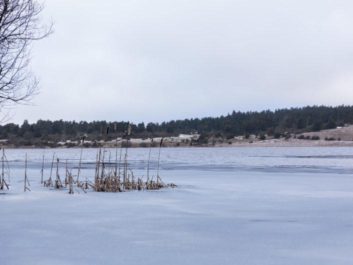 Lac du Pêcher gelé en hiver. Cantal - Auvergne
